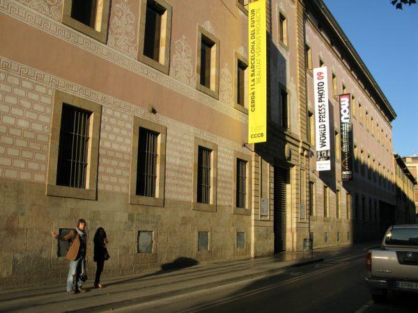 入り口のあるムンタレグレ通りの外観 photo by cesarharada.com