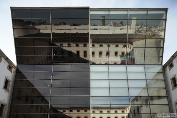 バルセロナの町がガラスに反射する photo by iJuliAn
