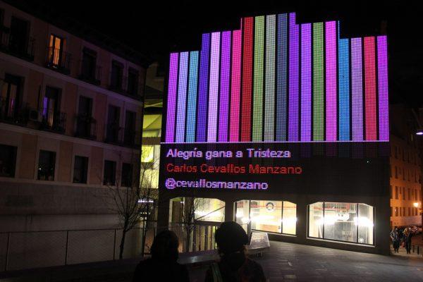 既存の建物の外壁に設置された巨大なディスプレイ photo by Medialab Prado