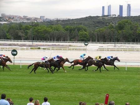 レースの様子、背後にマドリードの高層ビルが見える photo by Jlastras