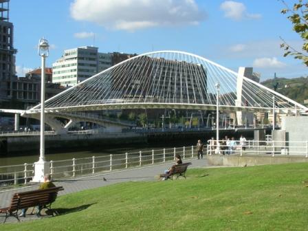 改善された水辺空間とサンティアゴ・カラトラバによるズビズリ(スビスリ)歩道橋 photo by Dovidena