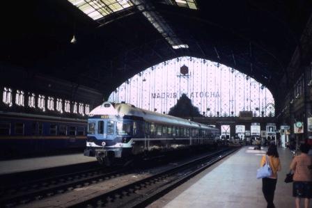 旧駅舎がプラットフォームとして利用されていた頃(1981年) photo by Smiley.toerist