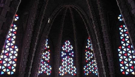 色とりどりのハート形のステンドグラス