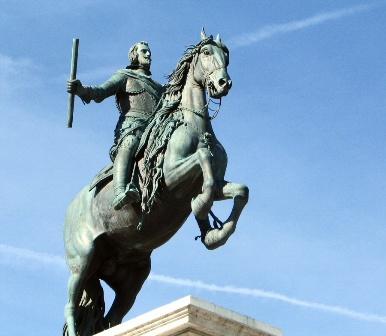 棹立ちになった馬にまたがるフェリペ4世像